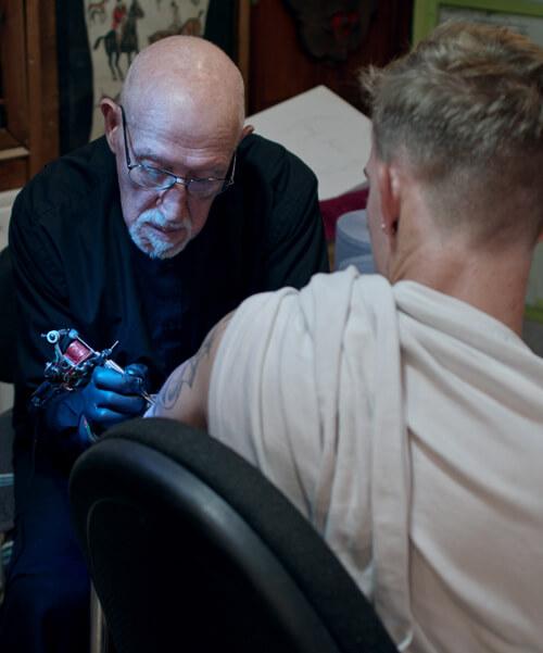 старейший британский татуировщик