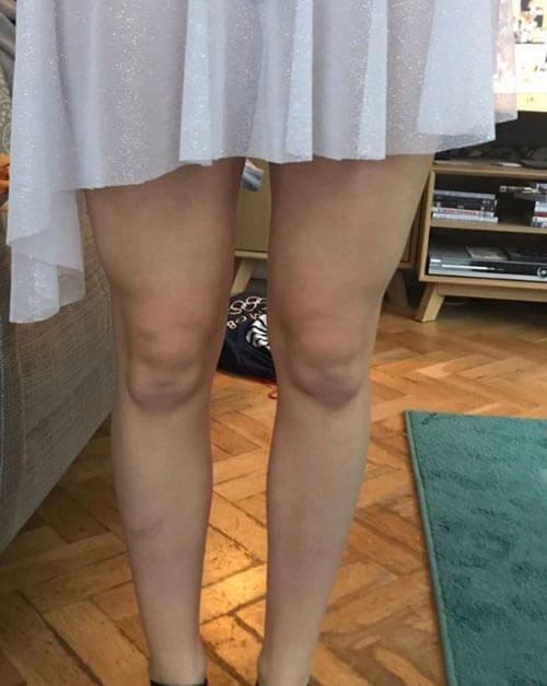 детские лица спрятаны в коленях