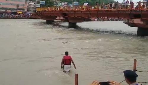 полицейский спас утопающего