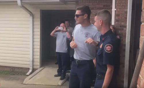 пожарный увидел национальный флаг