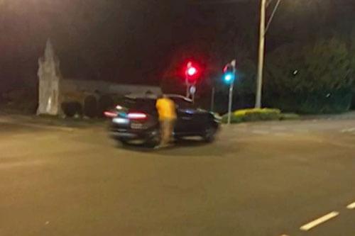 скейтбордист врезался в машину