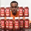 мужчина зависим от кетчупа