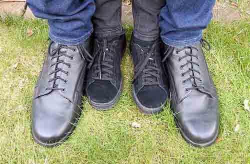 подросток с длинными ступнями