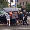 люди заблокированы в автомобиле