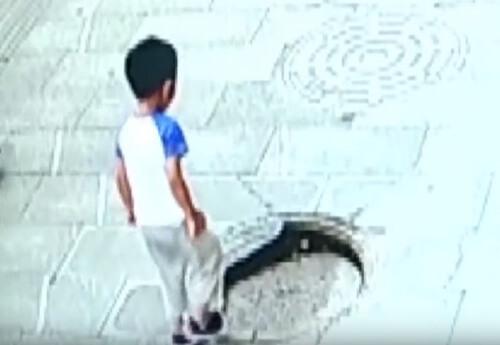 мальчик провалился в люк