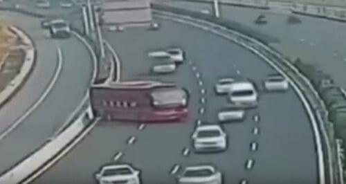 автобус странно развернулся