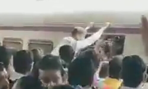 пассажира снесло толпой