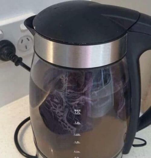 стирка белья в чайнике