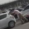 водитель толкает чужие машины