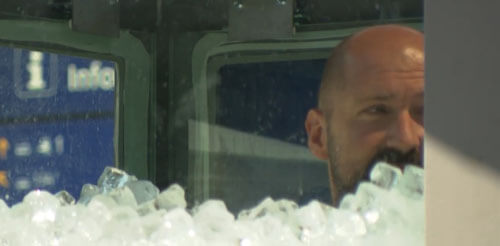 мужчина в ящике со льдом