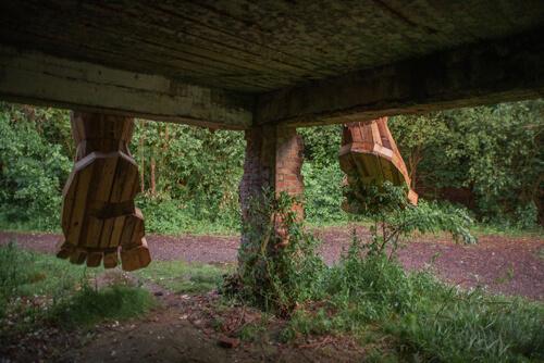 скульптуры троллей в лесах