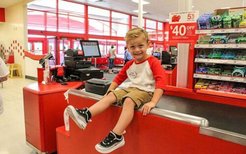 маленький сотрудник магазина