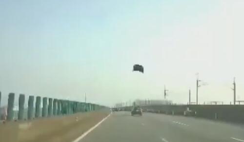 капот оторвался от машины
