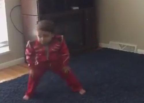 маленький мальчик танцует