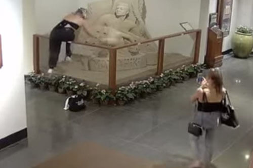 хулиганка сломала скульптуру
