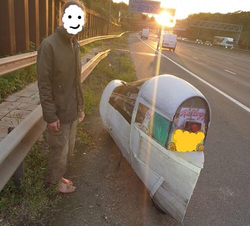 машина из дерева и клейкой ленты