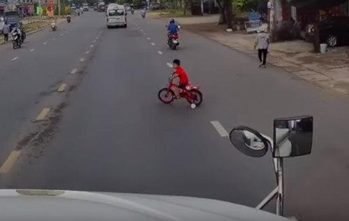 мальчик не знает правила движения