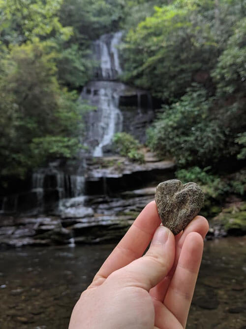 девочка украла камень из парка