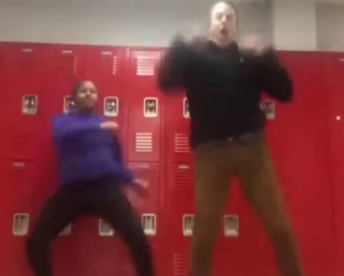 танцующий школьный учитель