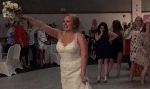 невеста кинула букет на люстру