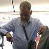 пожилой муж стоял в самолёте