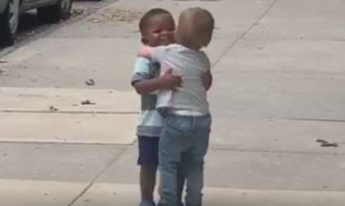 друзья обнялись на улице