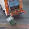 мусоровоз повалил контейнеры