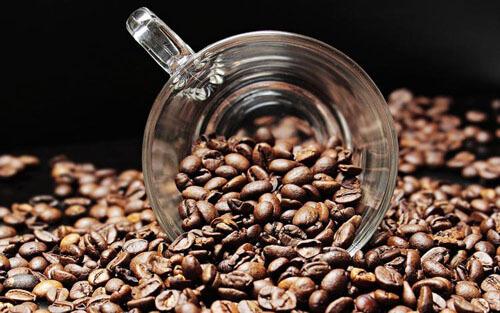 родители поят дочку кофе с сахаром