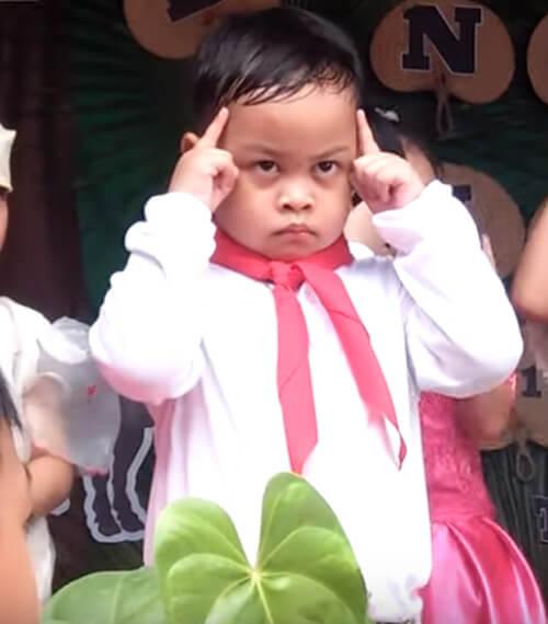 недовольный маленький актёр