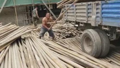 рабочий с металлическими трубами
