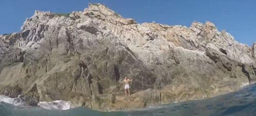 экстремал прыгнул в море
