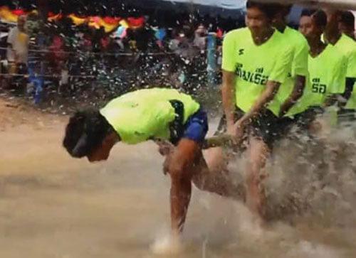 бегуны соревнуются в грязи