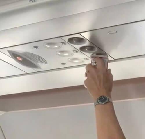 пассажир сушил карты в самолёте
