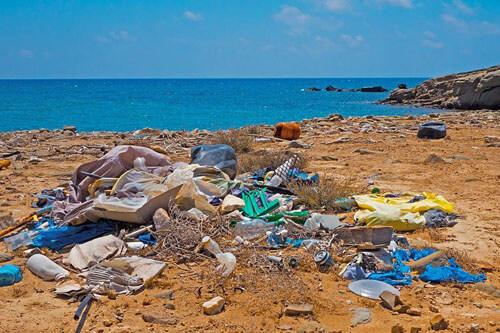 тонна мусора на пляже