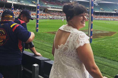 чудачка носит свадебное платье