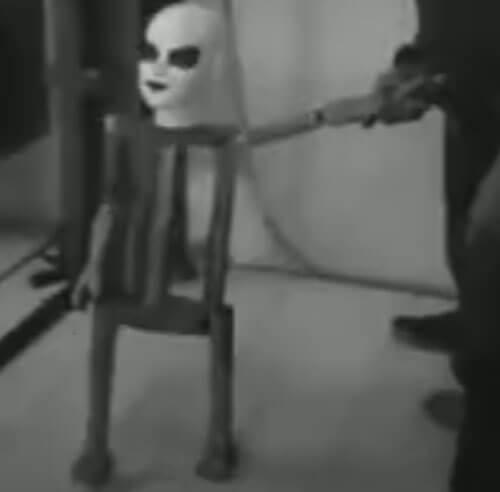 куклы гуляют за ручку с хозяином