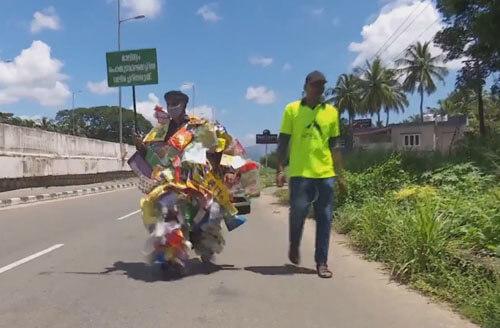 эколог обвешался мусором
