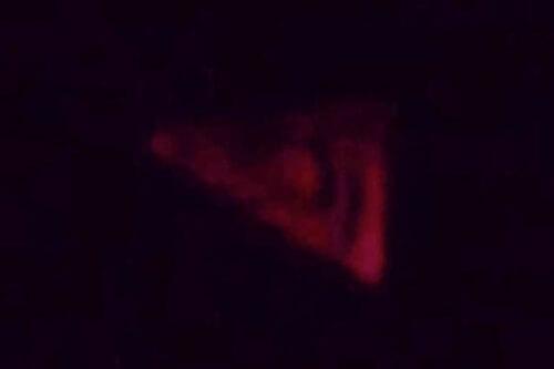 красный треугольник в небе