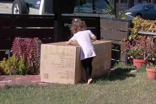 девочка купила дорогой диван