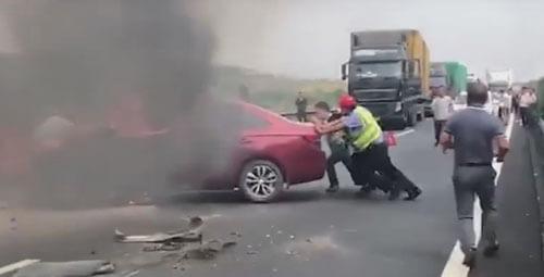 загоревшаяся машина на дороге