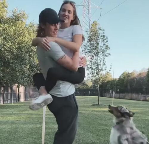 пёс ревнует хозяина к девушке