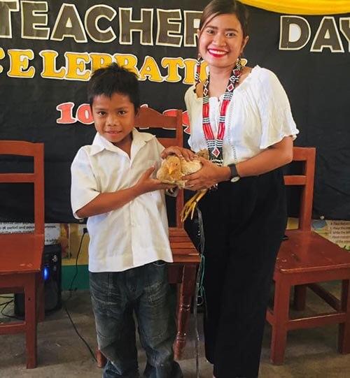 учительнице подарили курицу