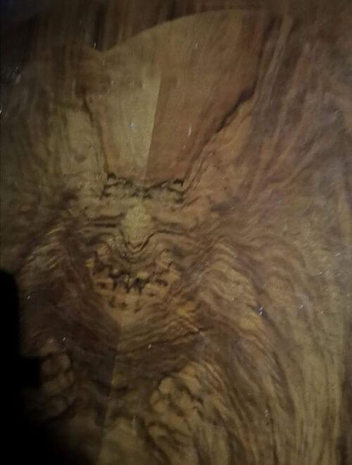 демоническое лицо на мебели