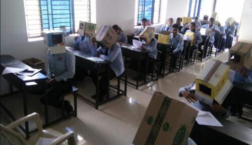 картонные коробки на головах