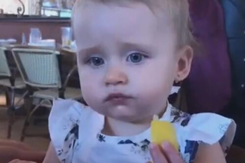 девочка попробовала лимон
