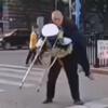 помощь старичку на костылях