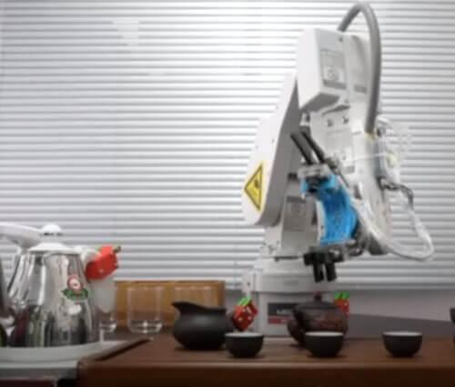 робот проводит чайную церемонию