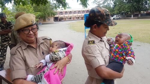 полицейские нянчат малышей