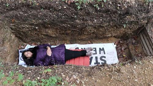 студенты отдыхают в могиле