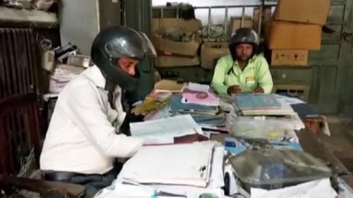 офисные работники в шлемах